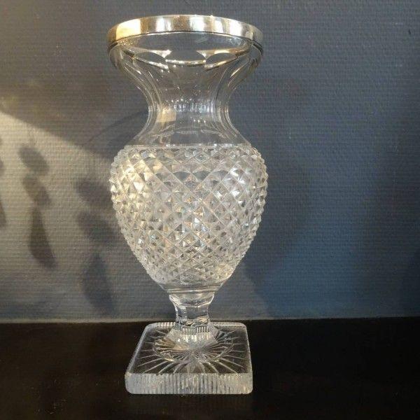 Kristallen vaas met verzilverde rand