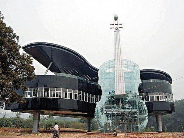 Çin Halk Cumhuriyeti' nin Anhui eyaletinin,Huainan şehrin de bulunan piyano ve keman şeklinde yapılan bina.