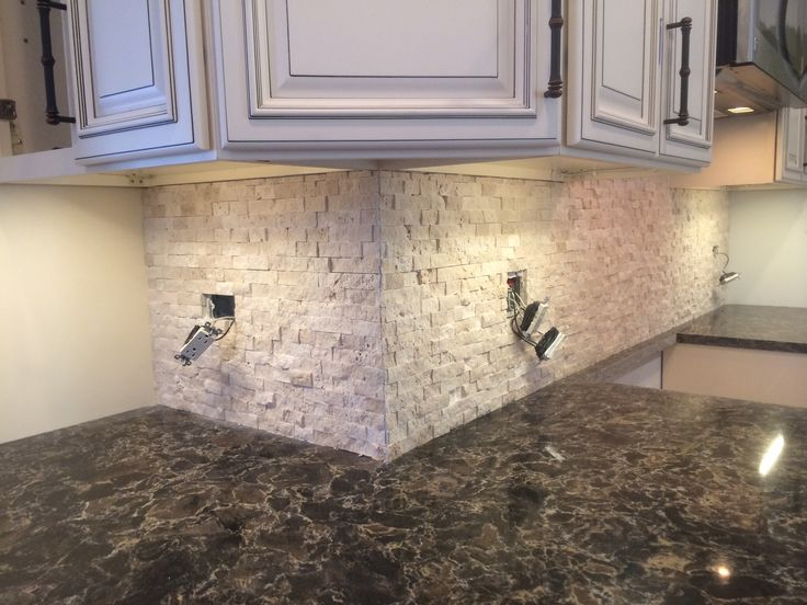 Kitchen cabinet black knobs - Neutral Beige Travertine Backsplash And Cambria Laneshaw