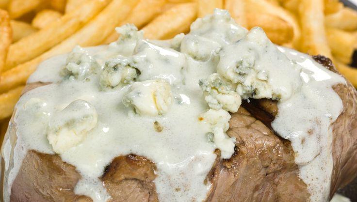 El queso roquefort es un queso azul, de origen francés, de olor muy fuerte y también de sabor muy particular. Hoy vamos a presentarles una imperdible receta que tiene a este queso como ingrediente principal y que podrás sumar a tu lista de salsas y aderezos para complementar tus comidas: te ense&