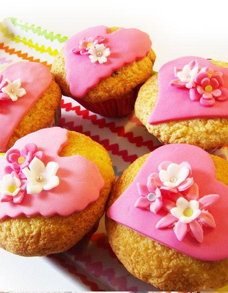 madalenas de san valentin con corazones rosa y flores