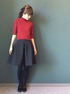 7.赤ニット×ひざ丈キルティングスカートのガーリーコーデ