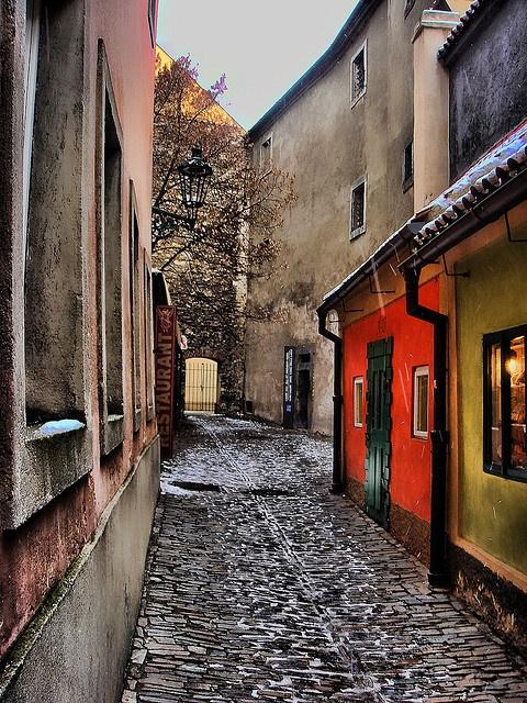 """Zlatá ulička-bydlela zde hradní čeleď, snad zlatníci (z 16. století je doložen název """"Zlatnická ulička""""), hradní střelci. V domku čp. 22 žil v letech 1916-17 spisovatel Franz Kafka."""