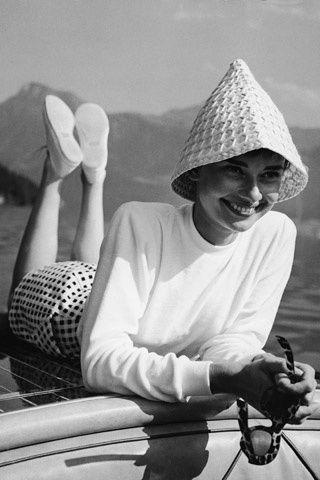 """¡Quiérete mucho!  Audrey Hepburn –que confesó que su madre le llamó """"patito feo""""– nos regaló una de las frases más vitalistas: """"Pienso en rosa. Creo que reírse es la mejor manera de quemar calorías. Creo en los besos, en besar mucho. Creo en ser fuerte cuando todo parece ir mal. Y creo que las chicas felices son las más bellas. Creo que mañana es otro día y creo en los milagros""""."""