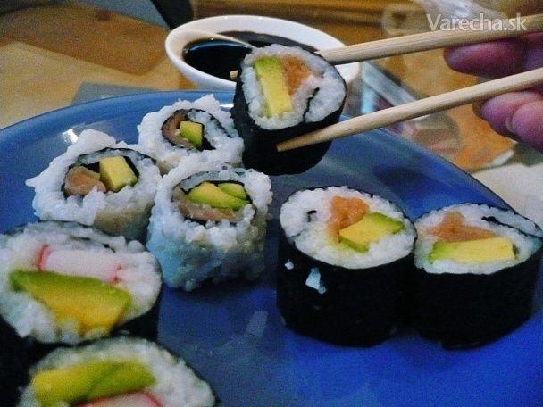 Na zavŕšenia môjho týždňa azíjskej kuchyne som ešte doma vyrábala sushi. Nielenže si  ho môžete spraviť s prísadami aké vám najviac chutia ale je výrazne lacnejšie, ako keď  si naň  zájdete do sushi reštaurácie. Za 6,5 eura mi vyšlo 48 kúskov.