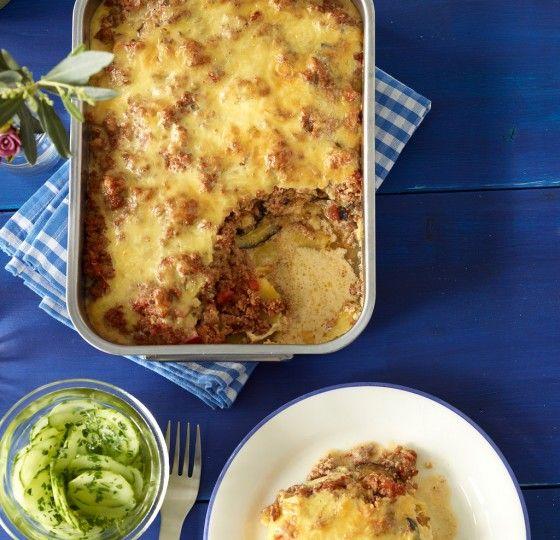 Moussaka: Ein Auflauf auf Griechisch - Auberginen, Kartoffeln, Tomaten, Zwiebel und Hackfleisch werden geschichtet und mit Käse überbacken.
