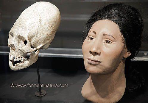 Los estudios realizados en Yale del material llevado desde Machu Picchu proporcionaron algunas claves para comprender el sentido que tuvo para los incas el lugar. Así los estudios osteológicos y de los tipos de deformación craneal intencional permitieron confirmar la existencia de individuos procedentes de distintos lugares del imperio Inca. Es el caso, por ejemplo del cráneo de esta mujer de la cueva 107, cuyo estilo de deformación y su recreación facial parecen corresponderse al tipo…