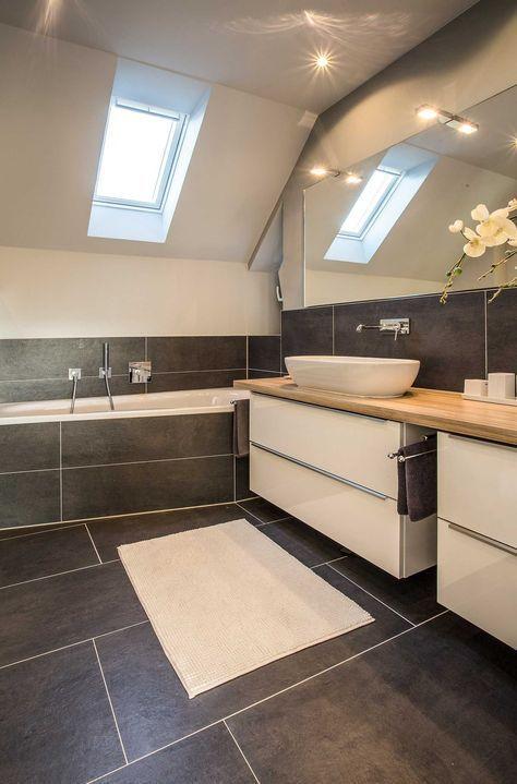 Salle de bain moderne avec grande vanité et baignoire – – Idées de salle de bain