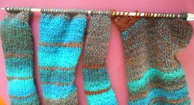 Para este frío invierno, hemos tejido un conjunto de jersey TALLA MEDIANA con bufanda tubular y mitones en una cálida lana matizada de KA...