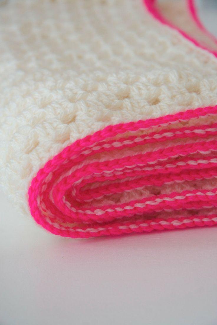 Granny square deken met neon roze van PieceOfaCookie op Etsy, €30,00