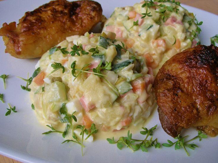 Cukety, mrkev a celer dáme vařit na páru. Cuketu je lepší nechat vcelku, jinak nasákne moc vodou a salát bude příliš řídký. Ostatní ingredience...