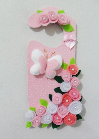 Enfeite para maçaneta de porta de quarto de bebê em tecido de algodão e aplique de flores e borboleta em feltro.  Pode ser feito em outro modelos de acordo com o pedido do cliente.
