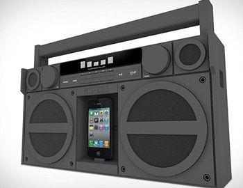 Το φορητό iP4 FM Stereo Boombox για συσκευές iPhone και iPod από την iHome συνδυάζει high-tech δυνατότητες με retro αισθητική. Κατασκευασμένο από καουτσούκ για περισσότερη αντοχή, με minimal industrial design, το συγκεκριμένο boombox σου επιτρέπει