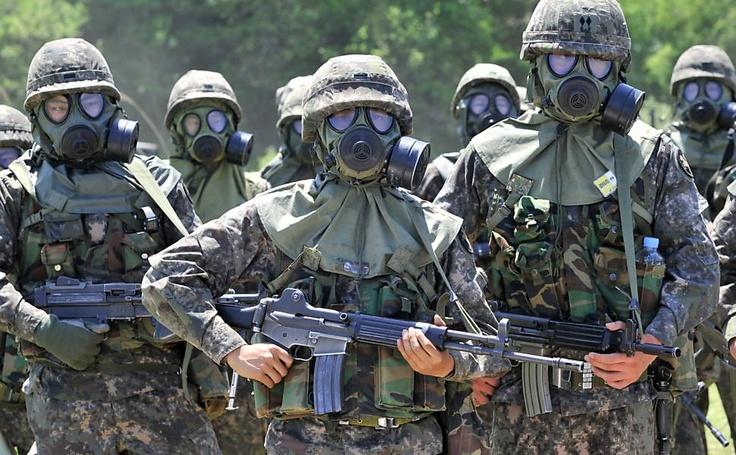 Soldados sul-coreanos participam de treino de descontaminação conduzido pelo 23º Batalhão de Químicos do Exército dos Estados Unidos em um campo de treinamento militar em Yeoncheon, nordeste de Seul (Coreia do Sul)