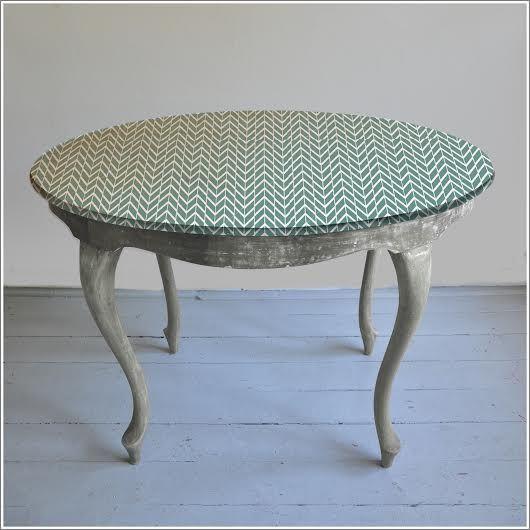 Stary stół z ręcznie malowaną grafiką na blacie http://dwiebaby.pl/stol-ludwik-wersja-szara/