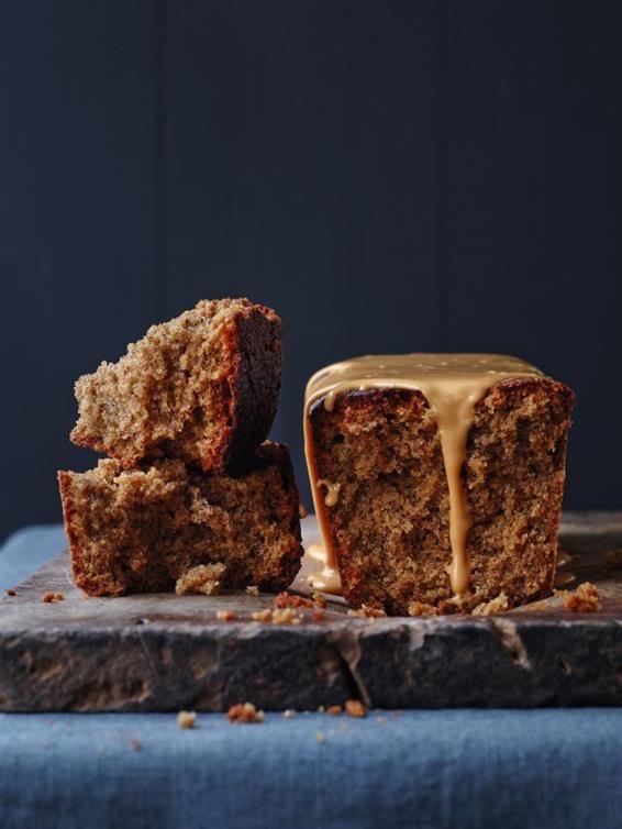 Hasselnøddekage med brunet smør og whisky/karamel-glasur