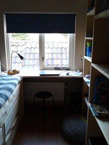 Stoere jongenskamer. Optimaal gebruik van een kleine slaapkamer. Op maat gemaakt van steigerhout. Bed met ruime lades, bureau over de volle breedte en een kastenwand om alle spulletjes op te bergen.