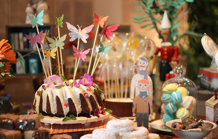 Decorar o bolo traz graça à mesa da festa – e os mimos podem ser feitos por você. A ideia da Decoração do baile é simples, mas original: borboletas recortadas em papeis estampados foram coladas na ponta de palitos de churrasco. Aí, é só espetar onde quise (Foto: Cristiane Senna/Editora Globo)
