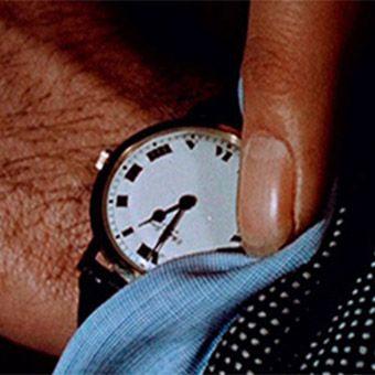 Vidéo sur Youtube 'The clock' est une vidéo de 24 heures composée par des centaines de morceaux de films. Chaque bout de film est un moment oú apparaît une horloge ou une montre dans le champ de vision. Lors des projections de la vidéo au public, l'heure à l'écran est rigoureusement la même que l'heure réelle. C'est une œuvre de l'artiste visuel et Dj Christian Marclay.