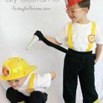 Que tal aprender como fazer uma fantasia infantil de bombeiro para deixar o seu garoto super feliz nesse Carnaval? É uma ideia muito bacana para decorar até mais de uma criança e fazer um verdadeiro esquadrão de bombeiros infantil!