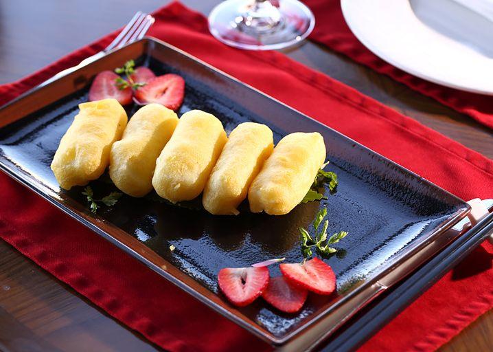 Форму нужно смазать подсолнечным маслом, чтобы было проще доставать десерт.