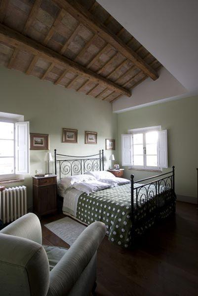 Casale a Ostra Vetere, ristrutturazione totale della villa, camera da letto con arredi d'epoca soffitto con travi a vista Progetto Arch.Luca Braguglia