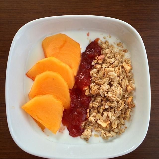 カスピ海ヨーグルト、柿、グラノーラ、トマトジャム とっても美味しい朝食♪ - 19件のもぐもぐ - 手作りカスピ海ヨーグルトにおばんずのトマトジャム #おばんず by mt22375