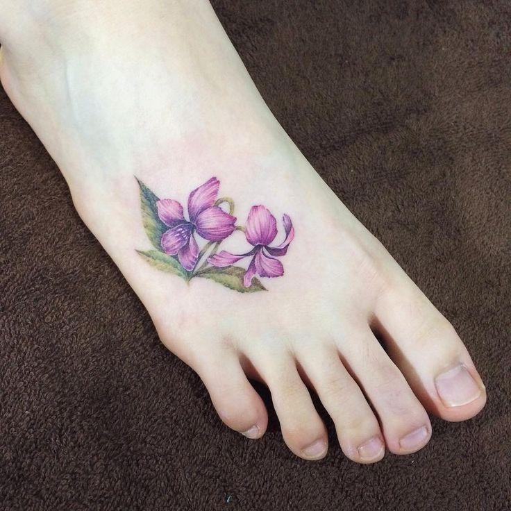 제가 묘하게 트리밍을 해서, 손이냐 발이냐 물으셨는데, 발입니다^^ 필요 이상으로 예쁜 발. by Tattooist Doy