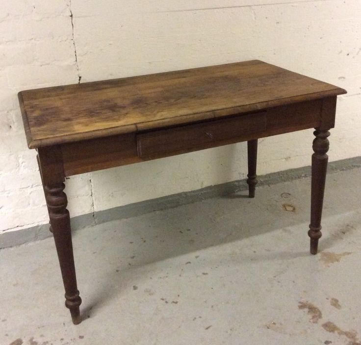 puupöytä 1900 luvun alusta Ranskasta . vetolaatikko . korkeus 76cm . leveys 115cm . syvyys 64cm . @kooPernu