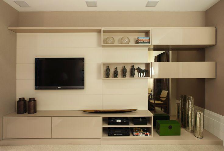 Sala de TV com bancada e painel laqueado
