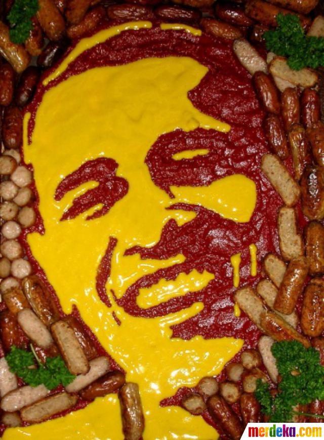 Figur Obama dari sosis dan keju ini merupakan karya dari ahli seni makanan Prudence Staite.