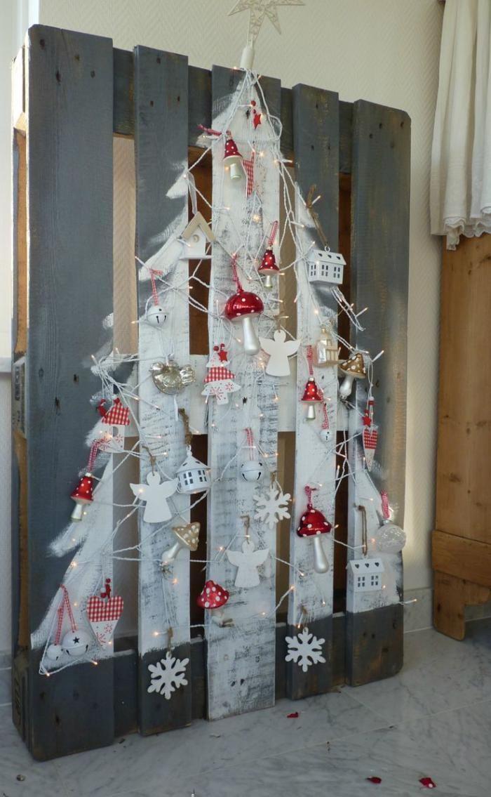 arbre de noel peint sur palette et décoré de jouets de noel