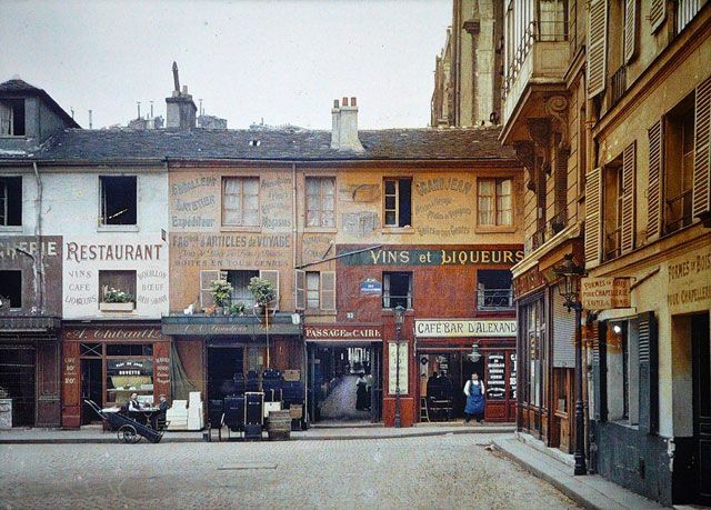 The entrance to the Passage du Caire at the corner of Rue d'Alexandrie and Rue Sainte-Foy in the 2nd arrondissement of Paris in 1914 | Albert Kahn