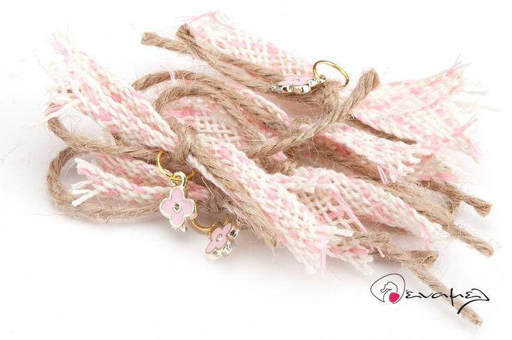 Μαρτυρικά πέτου με ροζ-λευκή κορδέλα σκηνί, λινάτσα και χρυσό σταυρουλάκι μεροζ σμάλτο.  Η τιμή αφορά τεμάχιο. Ελάχιστη ποσότητα 50 τεμάχια.