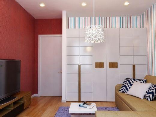 По правую сторону от дивана – высокий, практически до потолка, 6-дверный платяной шкаф, каркас и ручки которого выполнены из деревянного массива, натурального шпона (орех).