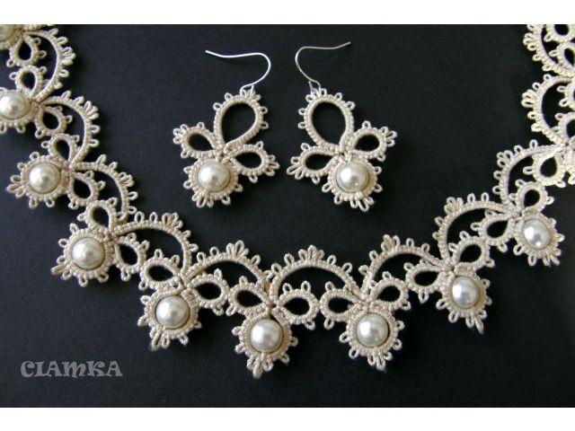Conjunto pendientes-gargantilla blanco y perlas