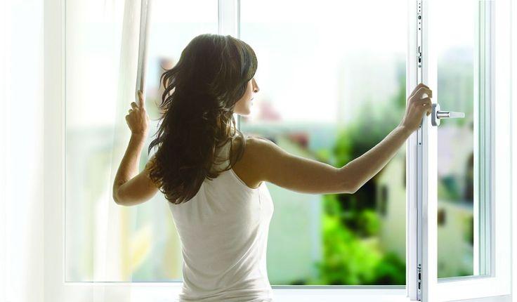 Проветриваем правильно. https://vk.com/oknaborovichi  Как сделать воздух в комнате свежим!  Старые деревянные окна проветривали наши квартиры сами 😄, правда за одно выпускали и теплый воздух. Новые пластиковые окна герметичны, поэтому нужно не забывать открывать их на проветривание. Проветрить помещение с новыми пластиковыми окнами Вы можете двумя способами:  ⚡ Воспользоваться микропроветриванием. ⚡ Открыть створку окна настежь. Когда окно открыто,  воздух полностью обновляется за 10 минут…