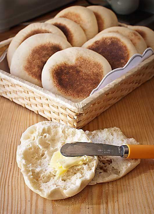 Los muffins ingleses no son lo que nos hemos acostumbrado en los últimos años a denominar con esta palabra inglesa, unos bizcochos horneados en forma de magdalenas, sino que en Gran Bretaña se llama a
