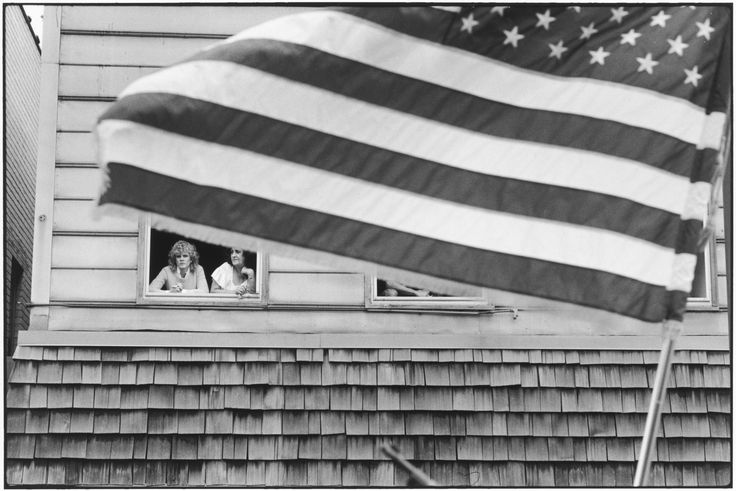 Tom Arndt, Two women and the flag, Payne ave, St Paul Minnesota, 1982 ©Tom Arndt/ Courtesy Les Douches la Galerie Paris