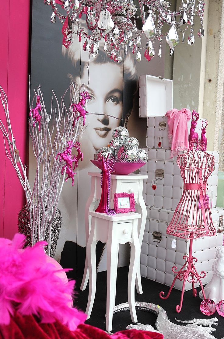 Oggettistica e complementi d'arredo rosa e bianchi. separè marylin, tavolini bianchi, lampadario argento http://www.alberti-import-export.com