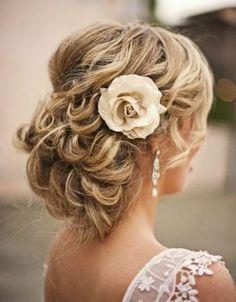 Afbeeldingsresultaat voor bruidskapsels krullen half opgestoken met sluier