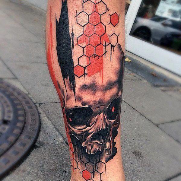 Herren, Schädel am unteren Bein und Waben-Tattoos mit Orangenspritzer   – Tattoo bilder