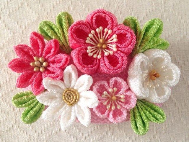 ちりめんで制作したつまみ細工の髪飾り。 大中小と異なる大きさの梅と花芯を変えた2輪の小菊のバレッタです。 金具をブローチピンとクリップの2wayにすることもできます。 ご希望の方は備考欄にてお知らせください。 下記の注意事項をよくお読みください。  大きさ:約9cm×6cm    バレッタ:8cm