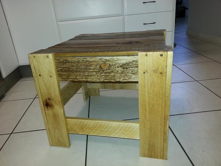 pallet side table by http://www.facebook.com/WoodworkingForMereMortals