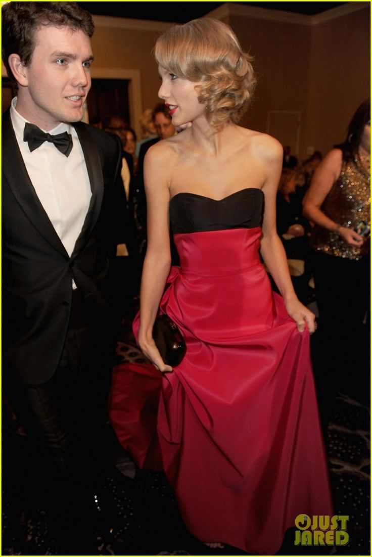 Jennifer Lawrence Photobombs Taylor Swift at Golden Globes! | jennifer lawrence photobombs taylor swift at golden globes 04 - Photo