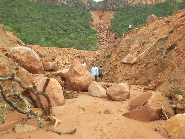 03/17/2013 - Brazil: giant earth fissure 7 km opened in Serra Geral de Goiás, Correntina - Bahia - this occured in February of this year.