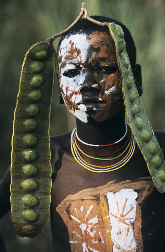 Los surma lucen discos de calabaza o platos de arcilla incrustados en sus labios y en las orejas, que cuanto más grande sea, en el caso de las mujeres, les permitirá una dote matrimonial más suculenta, normalmente en cabezas de ganado.