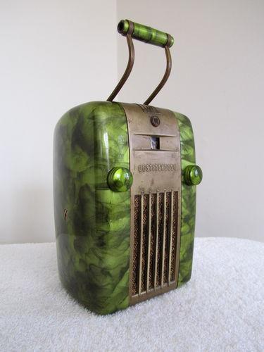 Vintage 1947 antique streamlined Art Deco bakelite radio... Nice!