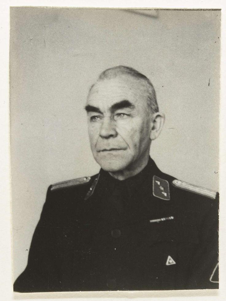 Fotodienst NSB | Portret van hopman Paape, lid WA, Fotodienst NSB, 1940 - 1944 | Portret van hopman Paape. Een hopman behoorde tot het middenkader van de WA. Op zijn kraag een distinctief met drie sterren (rood) op zijn schouders epauletten met strepen, beide duiden op zijn functie van hopman. Op zijn zwarte hemd een driehoek met de wolfsangel. Hij is blootshoofd.