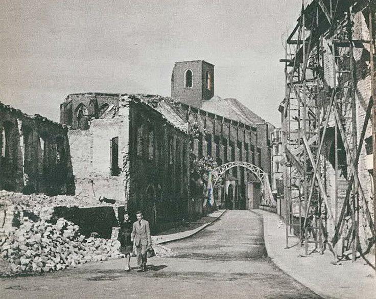 1945 , Ul.Katedralna. W tle most Tumski i kościół Najświętszej Marii Panny na Piasku. 1945.